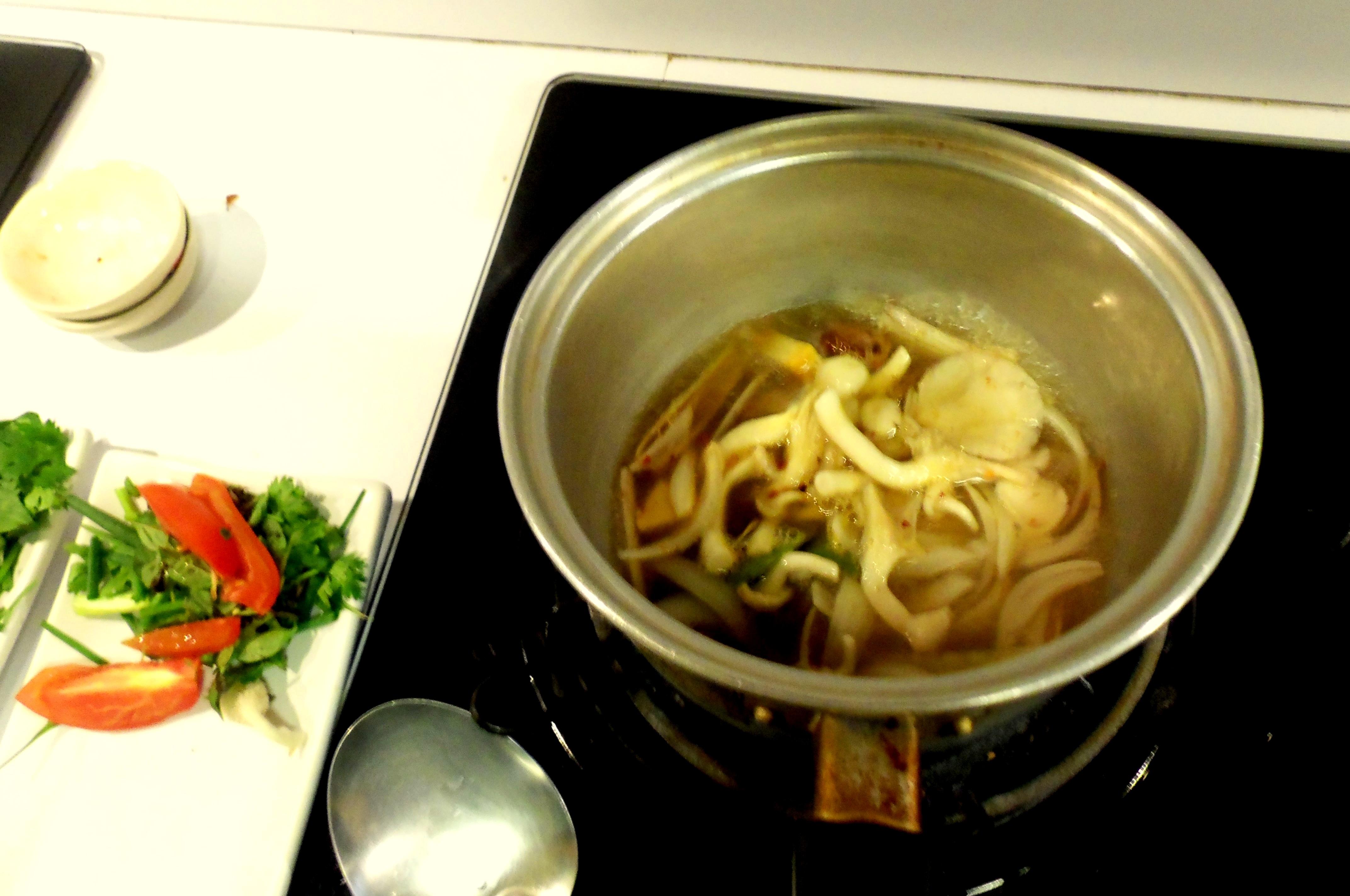 Tom Sap Kai Yaang (zuur-pittige soep met geroosterde kip)
