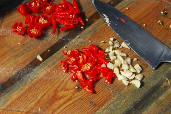 Sriracha | Peper en knoflook snijden