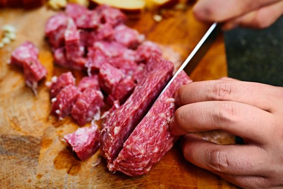 Pasta met salami en rookkaas | Salami snijden