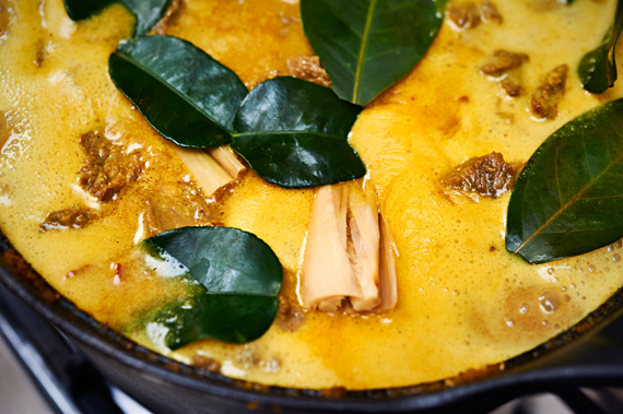 Indonesische Rendang | Limoen- en salamblad toevoegen