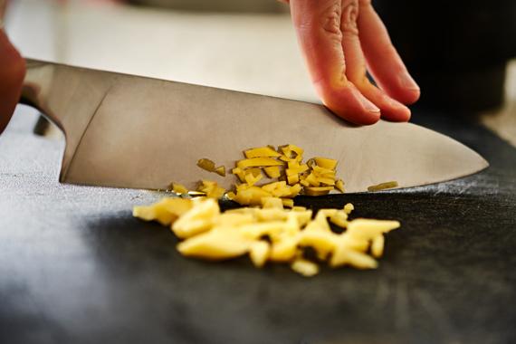 Gember in kleine stukjes snijden - Zelf vindaloo maken