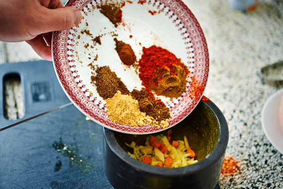 Kruiden toevoegen voor currypasta - Zelf vindaloo maken