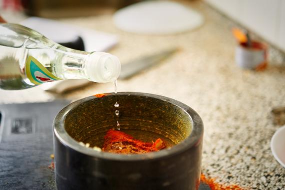 Azijn toevoegen - Zelf vindaloo maken