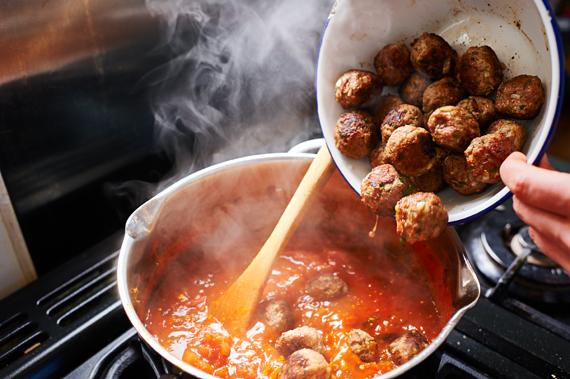 Gehaktballen toevoegen - Gebakken ziti | Puur Eten