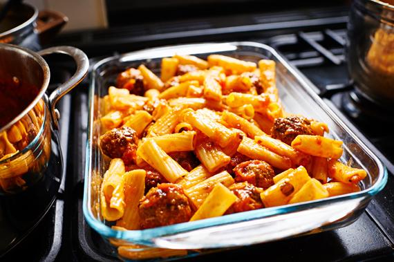Helft van de ziti in de ovenschaal - Gebakken ziti | Puur Eten
