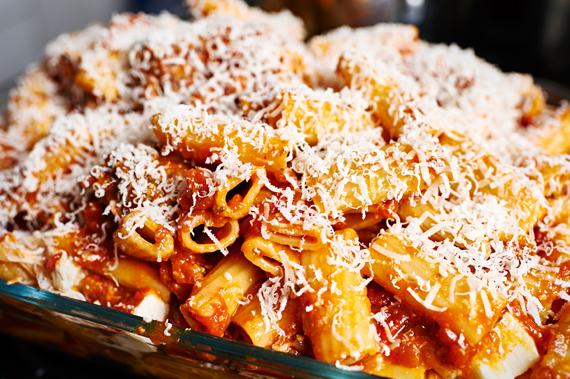 Laastste beetje Parmezaanse kaas toevoegen - Gebakken ziti | Puur Eten