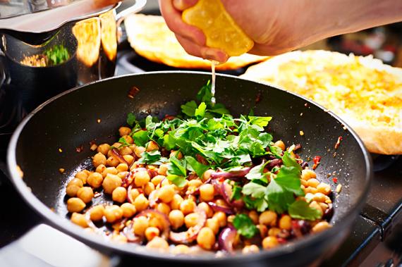 Kikkererwtensalade met feta en Turks brood - Kikkererwten toevoegen
