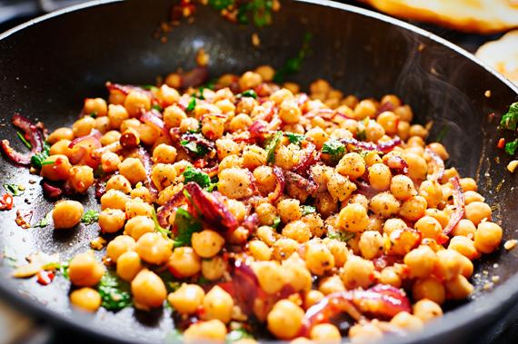 Kikkererwtensalade met feta en Turks brood - Zout en peper toevoegen