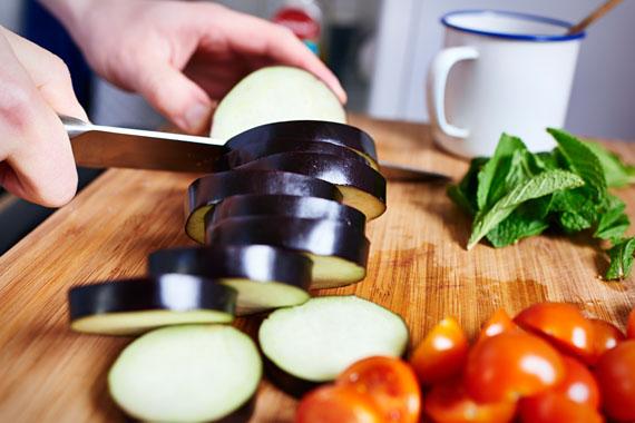 Snij de aubergine in plakken | Gegrilde aubergines met feta en munt