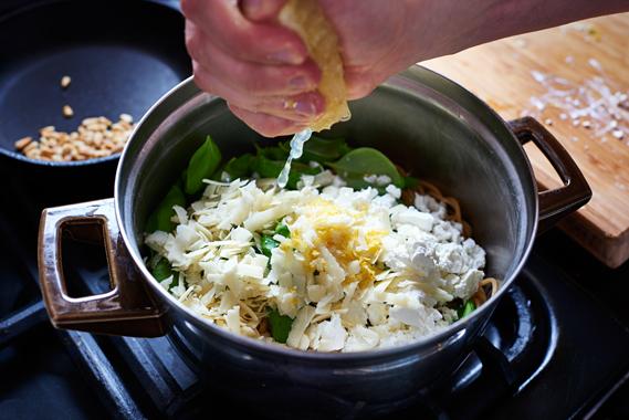 Spaghetti met citroen, feta en basilicum | Citroensap toevoegen