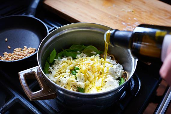 Spaghetti met citroen, feta en basilicum | Olijfolie toevoegen
