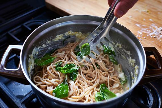 Spaghetti met citroen, feta en basilicum | Roeren