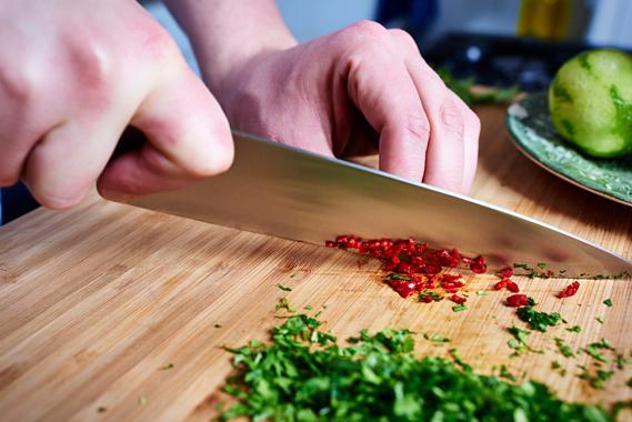 Aziatische groentewraps - Chili snijden