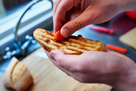 Insmeren met tomaat en knoflook